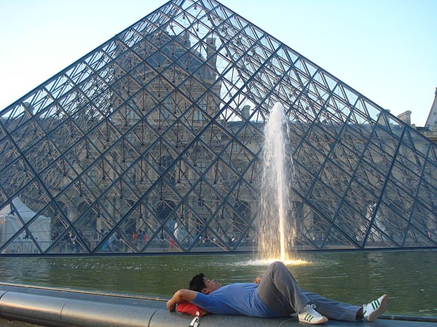 Reverse planking with Pyramide du Louvre as my background